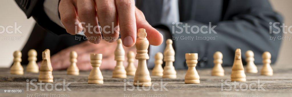 Breite zugeschnittenes Bild eines Geschäftsmannes Schach spielen – Foto