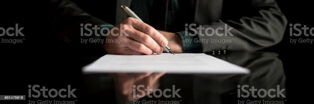Breite verkürzten Blick auf ein Geschäftsmann im Anzug, die Vertragsunterzeichnung – Foto