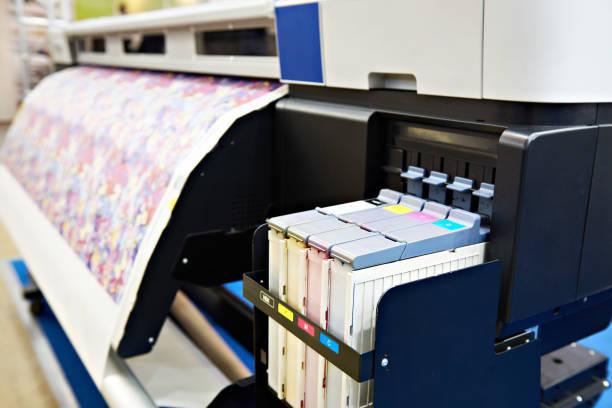 großformatiger drucker für stoff und papier - große waffen stock-fotos und bilder