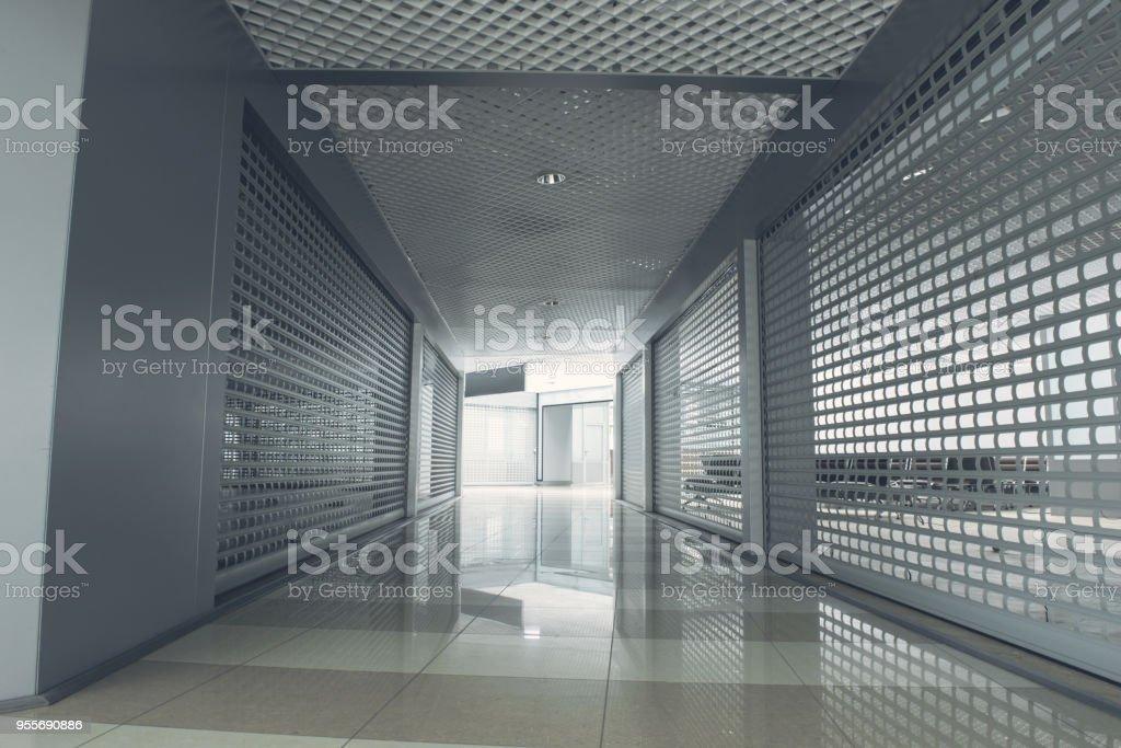 Photo libre de droit de Long Couloir Large Gris Clair Porte banque d ...