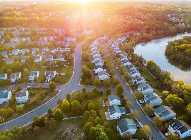 panorama largo, vista aérea com edifícios altos, quartos residenciais no nascer do sol bonito - sol nascente horizonte drone cidade - fotografias e filmes do acervo