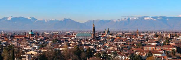 breites panorama mehr als 30 megapixel der stadt vicenza in - vicenza stock-fotos und bilder