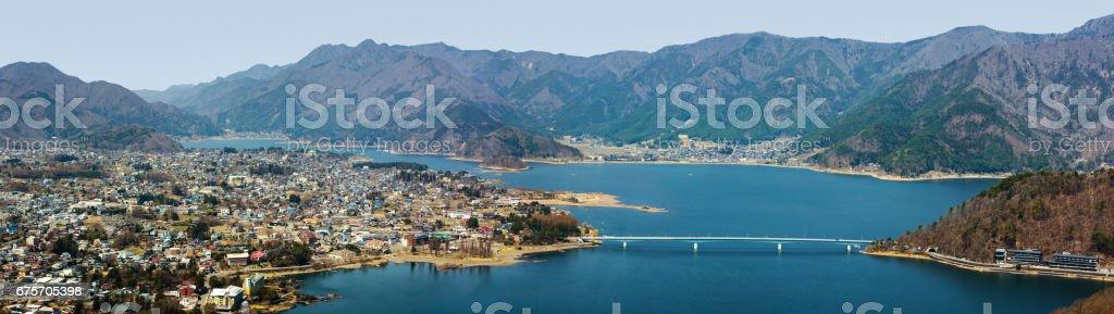 日本富士山山麓的 Fujikawaguchiko 和河口湖大全景 免版稅 stock photo
