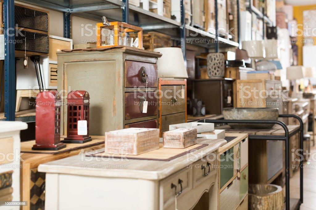 Große Auswahl An Vintagemöbel Im Shop Stockfoto und mehr ...