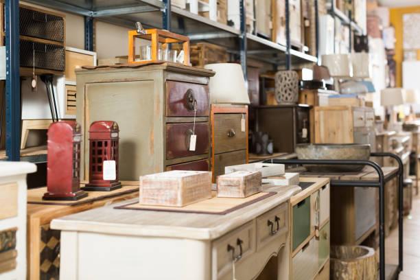große auswahl an vintage-möbel im shop - kücheneinrichtung nostalgisch stock-fotos und bilder