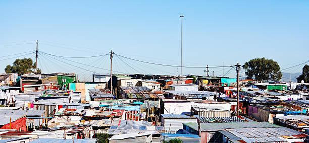 weitwinkelaufnahme von besetztes haus camp in der nähe von cape town - eisenmangel was tun stock-fotos und bilder