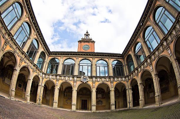 szeroki widok budynku starej biblioteki, miasta bolonia, włochy - bolonia zdjęcia i obrazy z banku zdjęć
