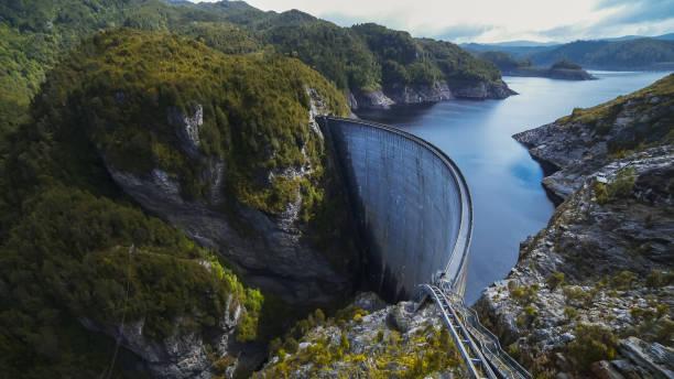태즈메이니아에 있는 스 트 라스 고 든 댐의 넓은 전망 - 댐 뉴스 사진 이미지