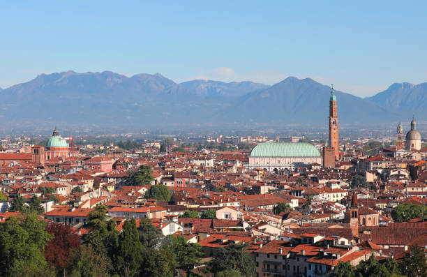 weitblick auf die stadt vicenza in italien - vicenza stock-fotos und bilder