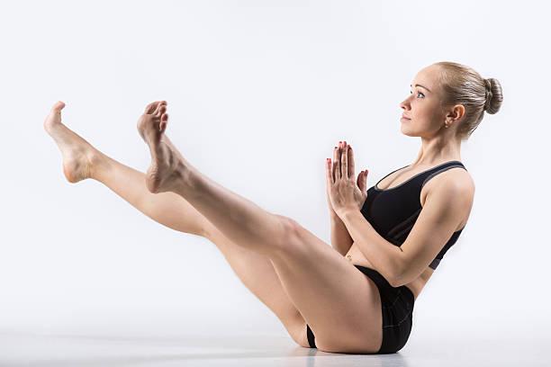 amplia-patas postura barco - piernas abiertas mujer fotografías e imágenes de stock
