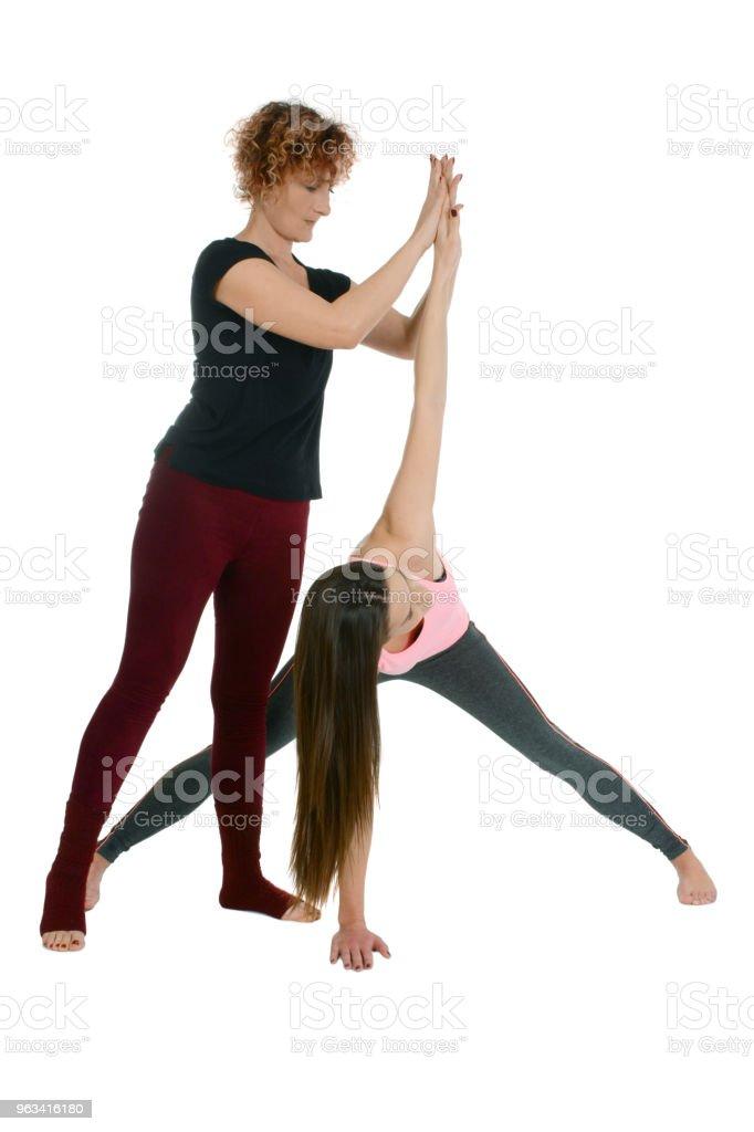 Wide-Legged Forward Bend na sanskrycie Prasarita Padottanasana odmiany z twist kręgosłupa używać jogi rekwizyty - Zbiór zdjęć royalty-free (Szeroki)