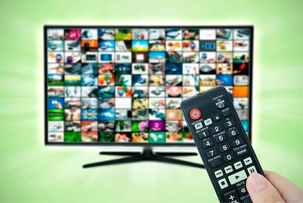 widescreen-high-definition-tv mit video-galerie - 4k led tv stock-fotos und bilder