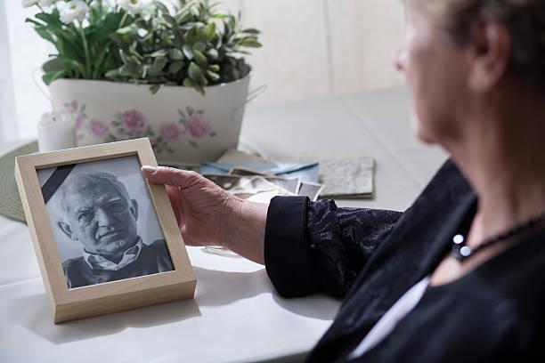 femmes à la recherche de la photo - veuve photos et images de collection