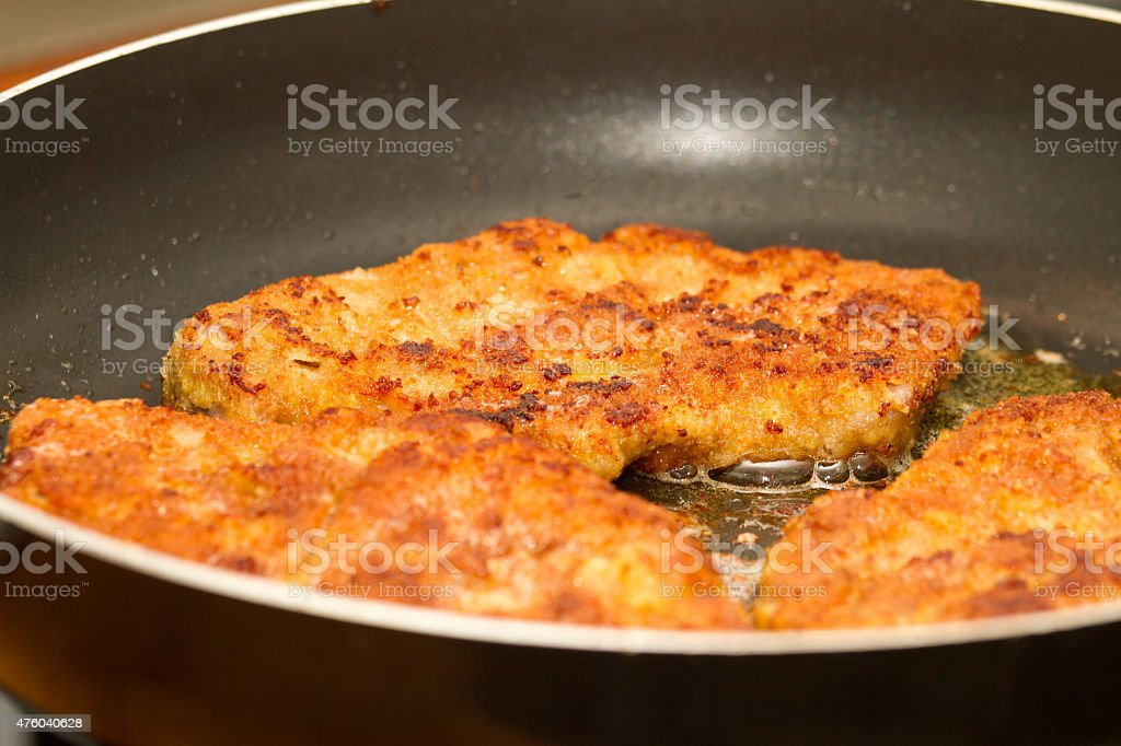Wiener Schnitzel in der Pfanne stock photo