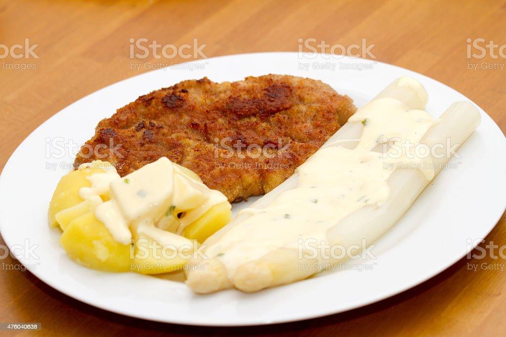 Wiener Schnitzel mit Spargel und Kartoffeln stock photo