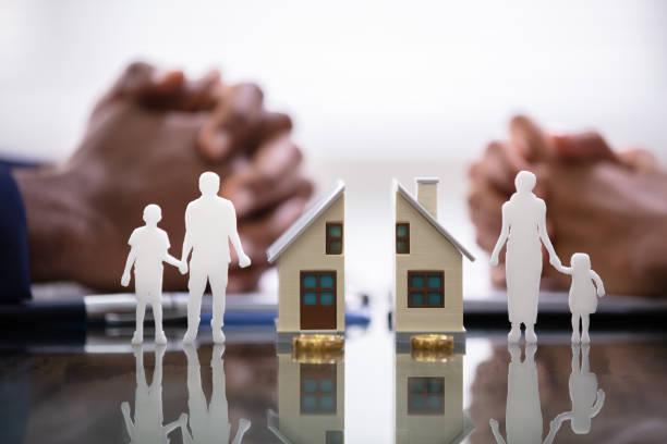 wife and husband splitting children and house - divorce foto e immagini stock