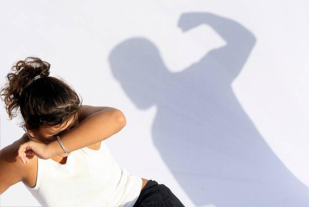frau und kind familie missbrauch, soziale themen - fails zum thema eltern stock-fotos und bilder