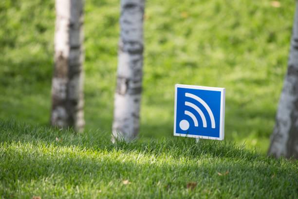 kostenloser wifi-bereich melden sie in einem park. - kostenlose webseite stock-fotos und bilder