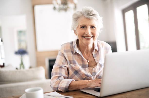 wifi est une chose merveilleuse - seulement des femmes seniors photos et images de collection