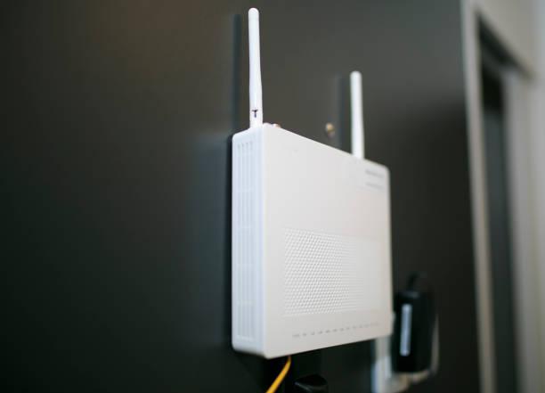 wifi-empfänger in einem hotelzimmer - router stock-fotos und bilder