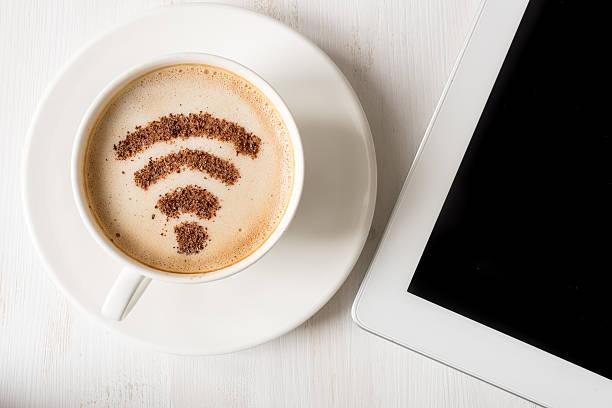 WiFi シンボルで作られたシナモンとコーヒーの装飾 ストックフォト