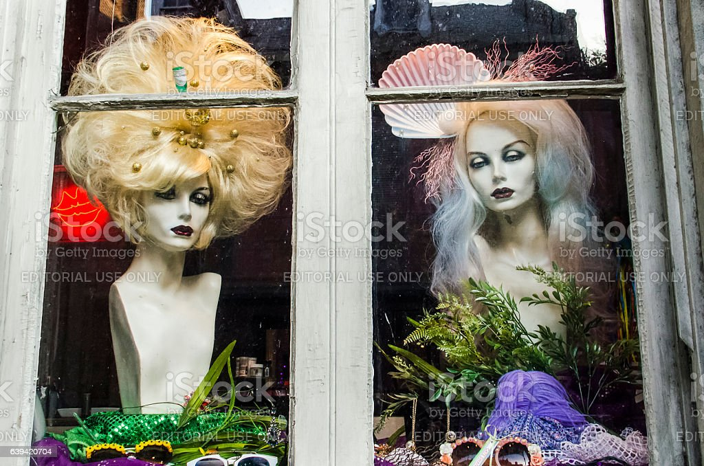 Wigs on mannequins on display on store front in Louisiana - foto stock