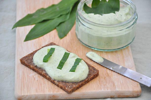wilder knoblauch-butter - bärlauchsalz stock-fotos und bilder