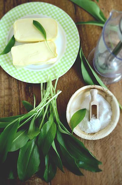 wilder knoblauch-blätter mit butter und salz - bärlauchsalz stock-fotos und bilder