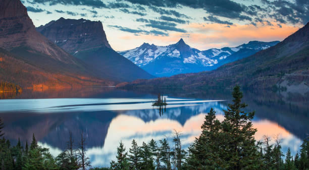 wild goose island in morning - st. mary lake stock pictures, royalty-free photos & images