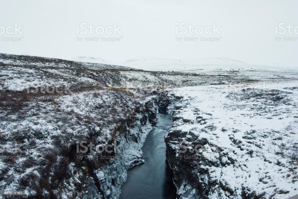 Wild Icelandic winter river covered in snow Lizenzfreies stock-foto