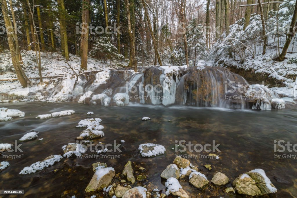 Wild river, beautiful frozen waterfalls and fresh snow in a mountain forest, on a cold winter day foto de stock royalty-free