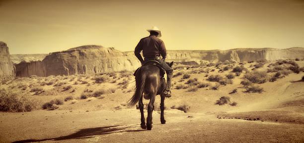wildwest coyboy auf pferd in alten retro antiken sepia-ton - navajo stil stock-fotos und bilder