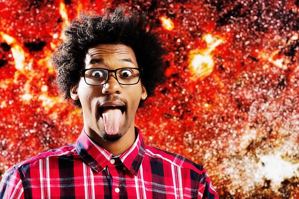 Wild-eyed, astrofísico afro-Pêlo jovem imita Albert Einstein, colocar a língua para fora - foto de acervo