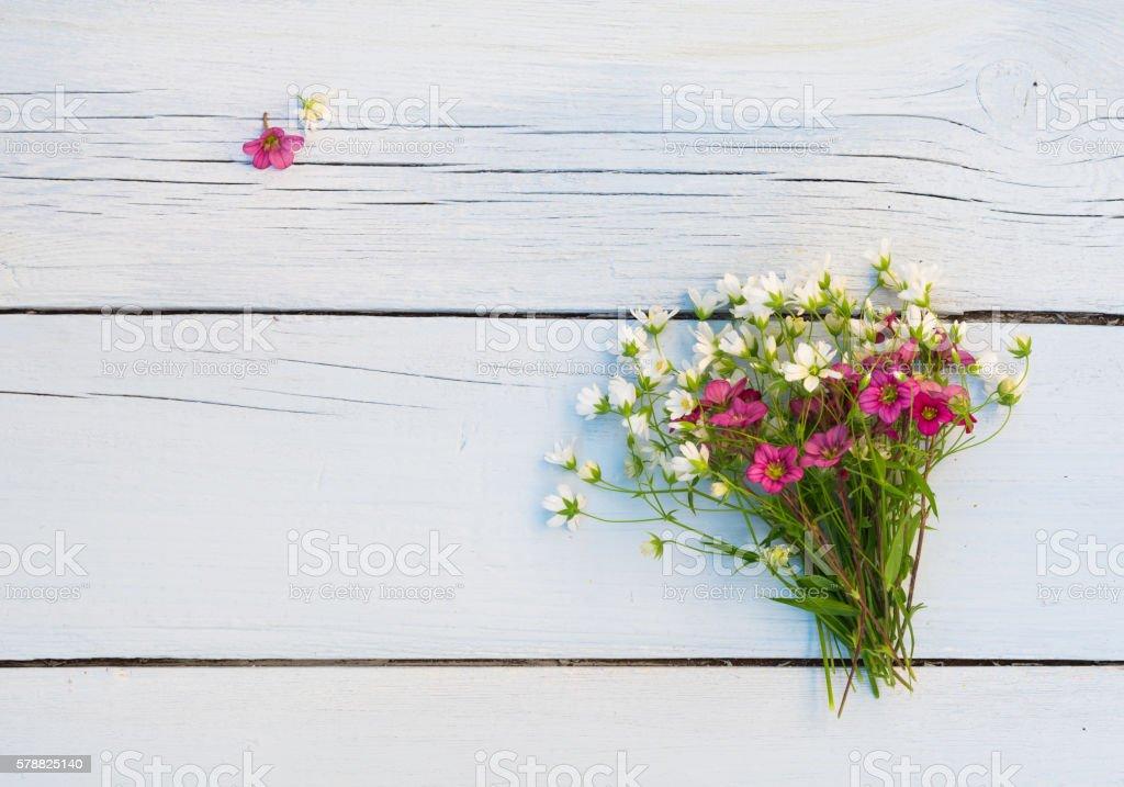 Foto De Wildflowers Bouquet Of White And Pink Flowers On Wooden Background E Mais Fotos De Stock De Amor Istock