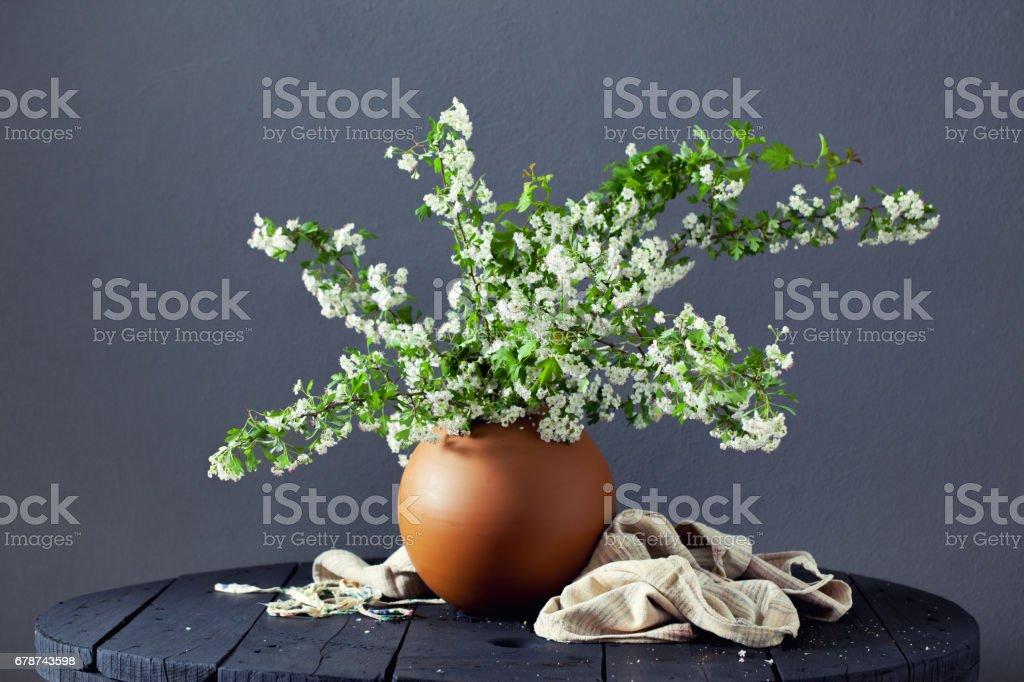 Gri arka plan üzerinde bir seramik vazoda kır çiçekleri royalty-free stock photo