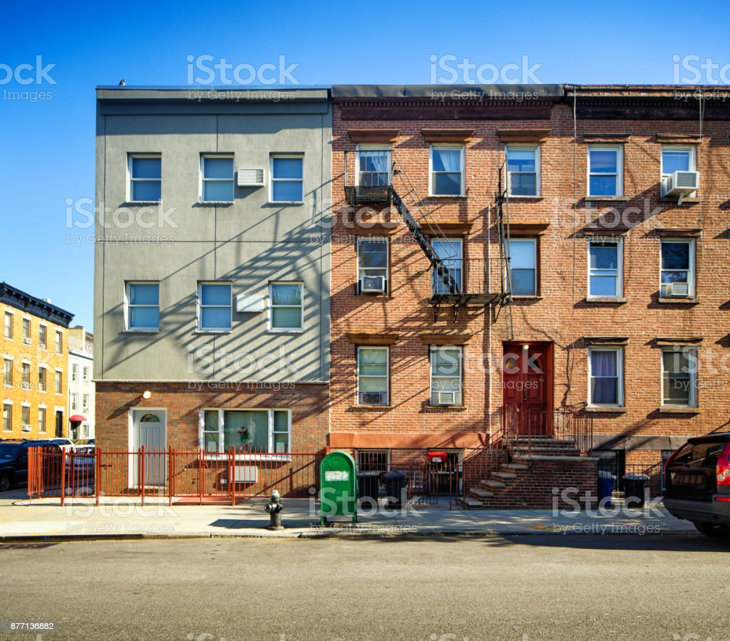 Williamsburg apartment buildings with steel fire escape stairway and letter box - foto stock
