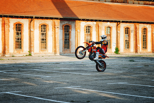 Willy Motorcycle Stunt Extreme Biker Ride Motocycle On One Wheel In