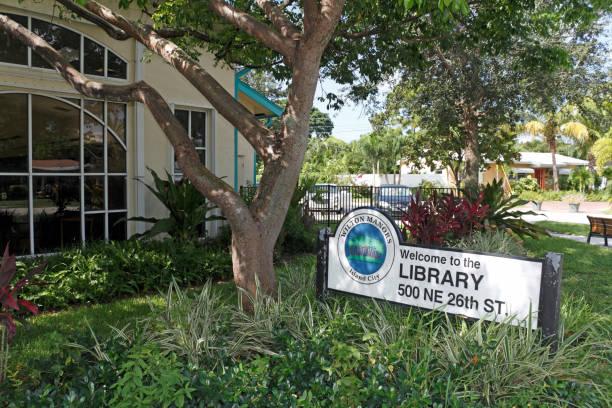 wilton manors insel bibliothek ortsschild - bibliothekschilder stock-fotos und bilder