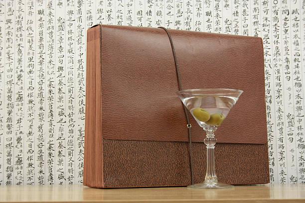 feiern sie ihren gewinn mit einem martini - briefhalter stock-fotos und bilder