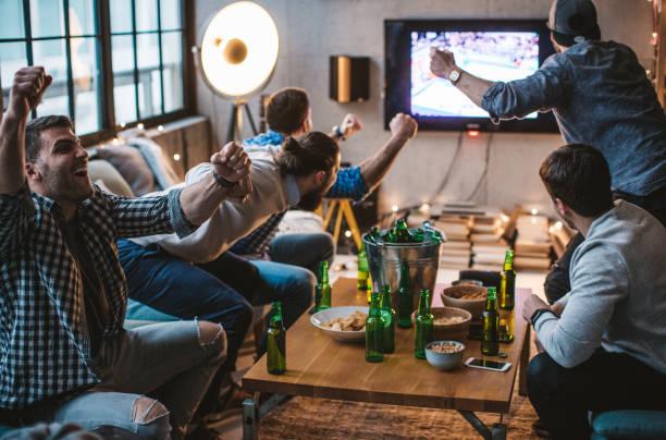gewinnen sie! unser team ist das beste! - spielabend snacks stock-fotos und bilder