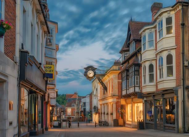 centre de la ville de winchester en angleterre - élevé photos et images de collection