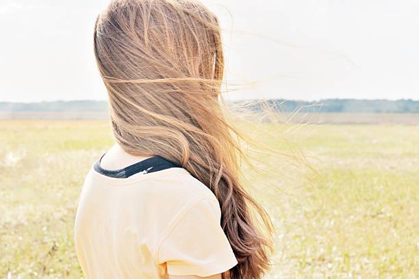 viento flutters young girls cabello - chica rubia espaldas fotografías e imágenes de stock