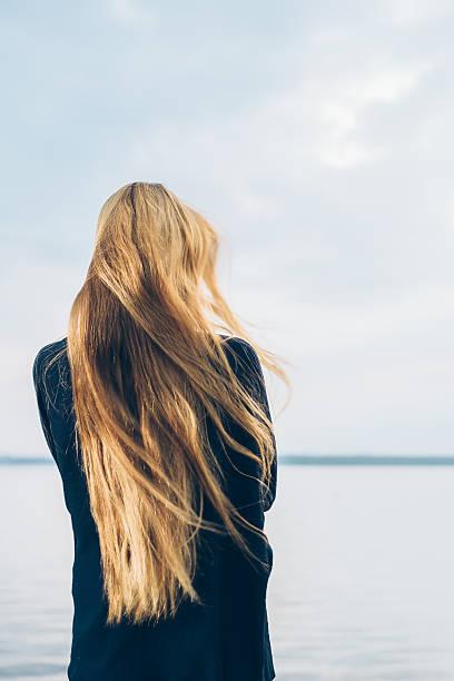viento en el pelo - chica rubia espaldas fotografías e imágenes de stock