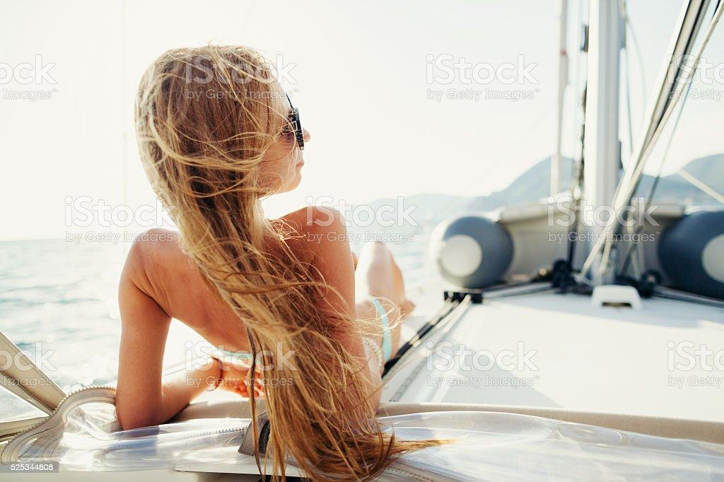 Wind im Haar Yachting Mädchen Yachting auf Segelboot – Foto