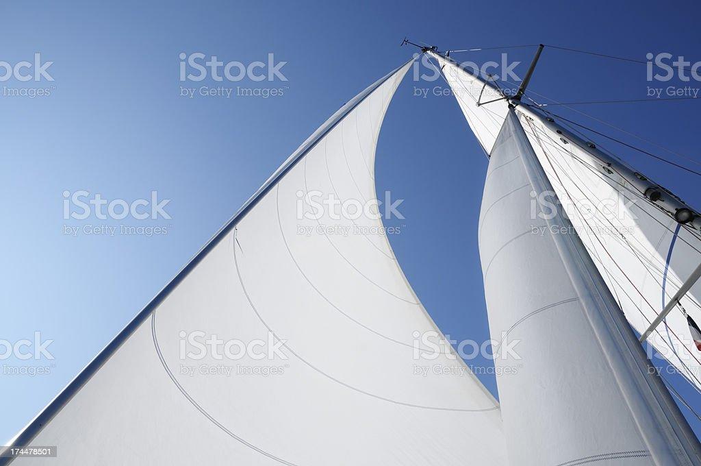 Wind in den Segeln gegen blauen Himmel – Foto