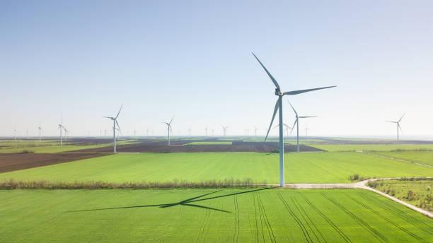 필드에 바람 전원 역입니다. 개념 및 대체 에너지 개발의 아이디어 - 풍차 뉴스 사진 이미지