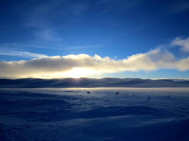 windsurfen und snowkiten im winter - kitesurfen lernen stock-fotos und bilder