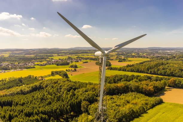 luftbild und nahaufnahme von windkraftanlagen - tim siegert stock-fotos und bilder