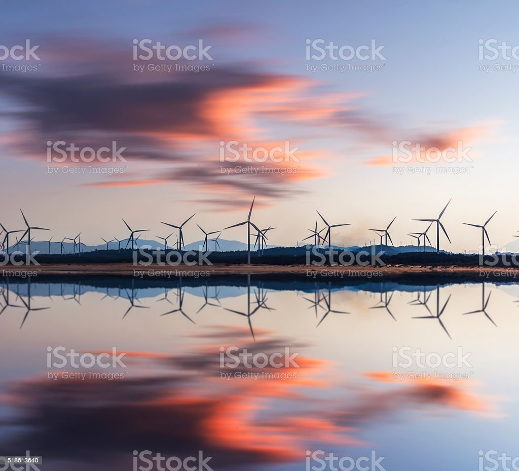 Turbina de viento en sunset towers y eléctrico - foto de stock