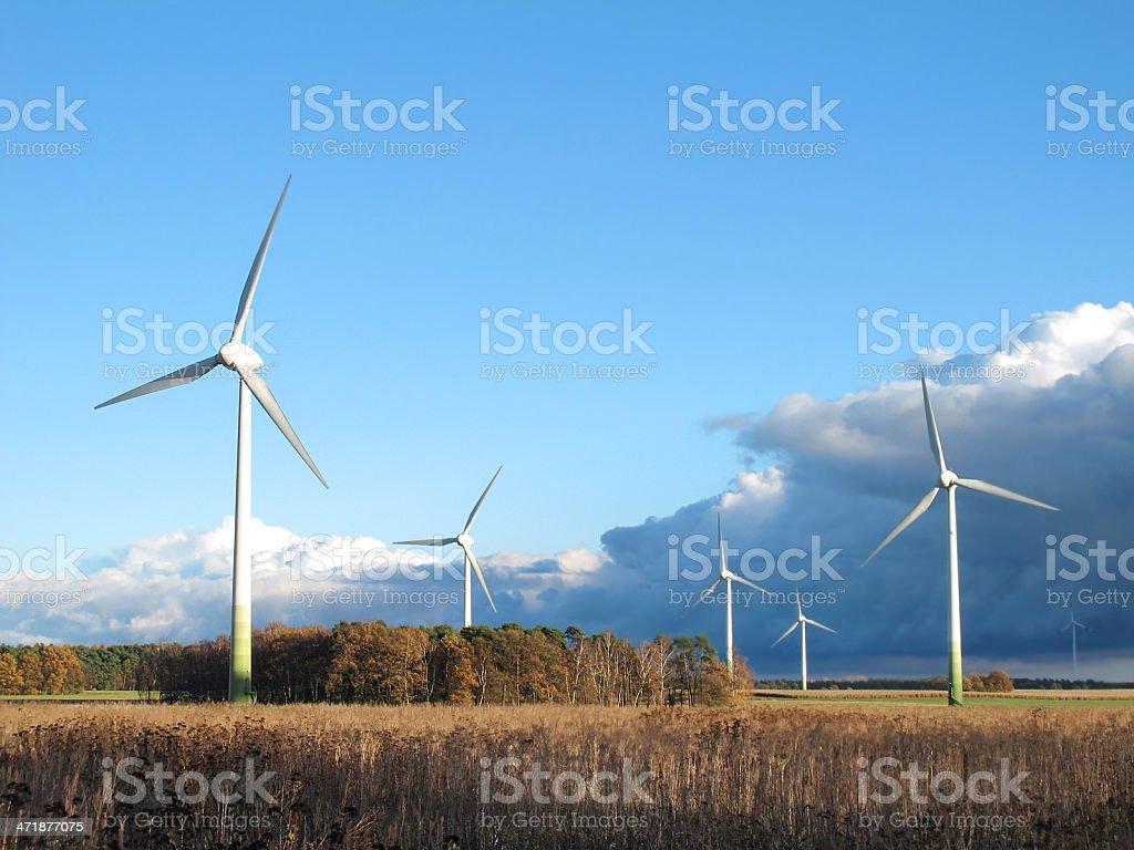 Wind Turbine und Wolken über Blauer Himmel - Lizenzfrei Alternative Energiequelle Stock-Foto